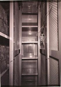 Вид открытой кладовой для белья, оборудованной в хозяйственном вагоне.