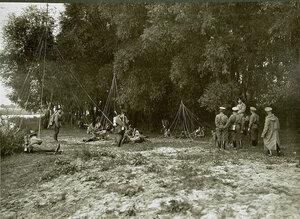 Солдаты и офицеры роты, движущиеся по направлению к деревне Борова, на привале.