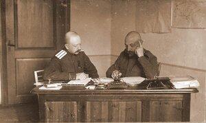 Дежурный генерал штаба XIII армии генерал-майор Ермолов и его помощник полковник Эллерс за работой.