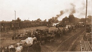 Беженцы в ожидании посадки в поезд на станции.