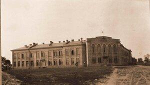Общий вид здания мужской гимназии, где был открыт лазарет Красного Креста.