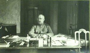 Начальник этапно-хозяйственного отдела генерал-майор Изместьев за работой.