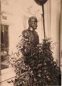 Бюст императора Николая II, установленный в вестибюле патроната-убежища.