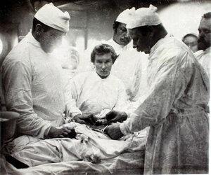 Старший врач И.Х. Дзирне (справа), врачи и сестры милосердия во время операций удаления паховой грыжи.