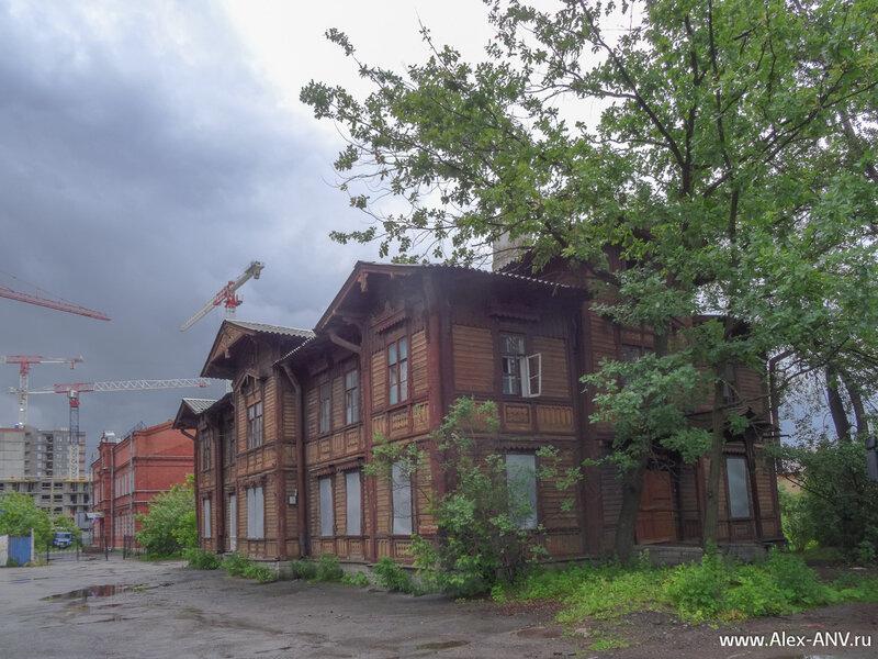 Там же рядом чудом уцелел деревянный дом. Чует моё сердце, что скоро он 'случайно' сгорит.