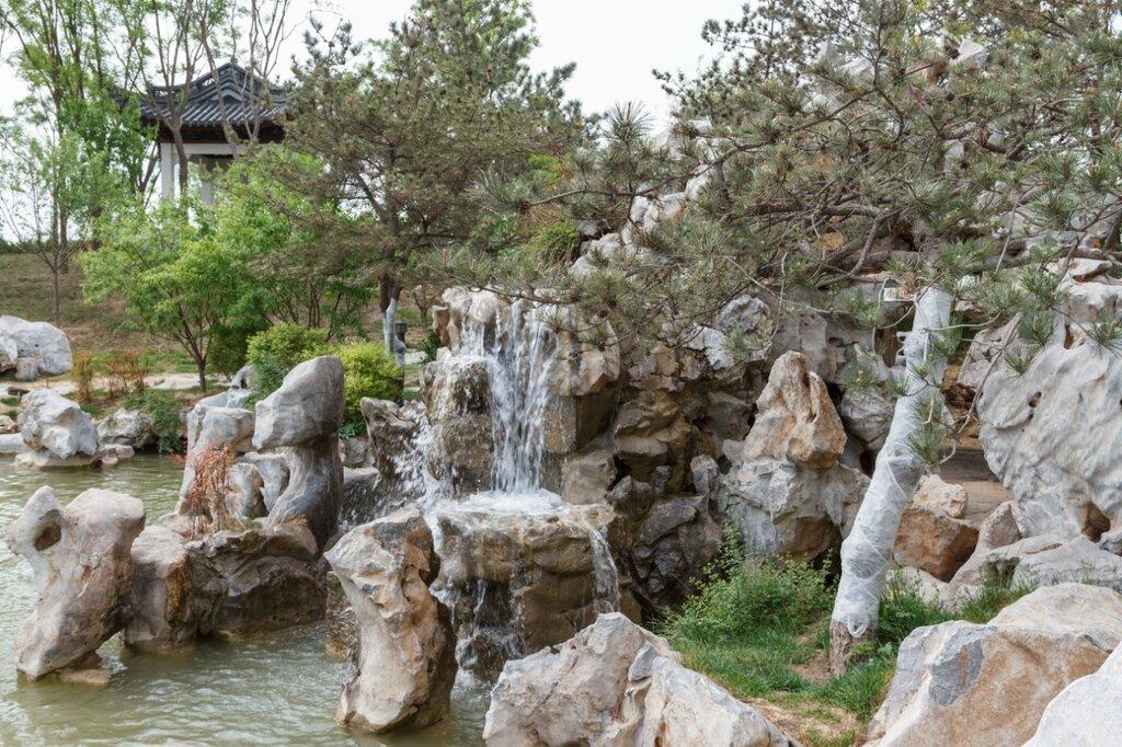 Водопад в саду Цзянсу, парк-выставка садов, Пекин
