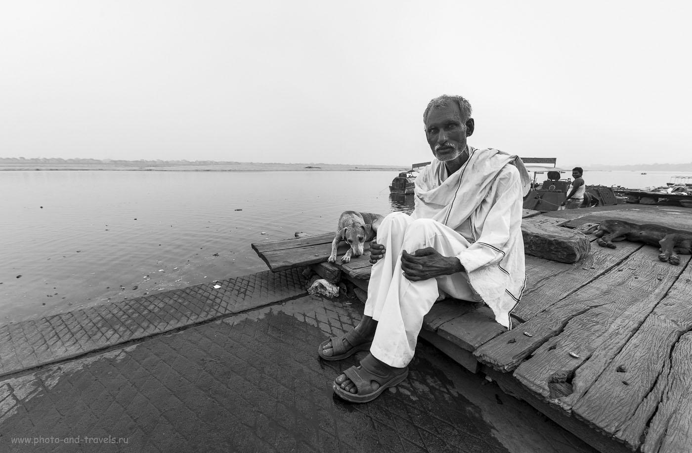 Фотография 1. Старик и его пёс на берегу священной Ганги в городе света Варанаси. Отчет о путешествии по Индии. Камера Nikon D610, объектив Samyang 14/2.8. Настройки, использованные при съемке: выдержка 1/80 секунды, экспокоррекция +1.0 EV, диафрагма f/8.0, светочувствительность 200, фокусное расстояние 14 мм.