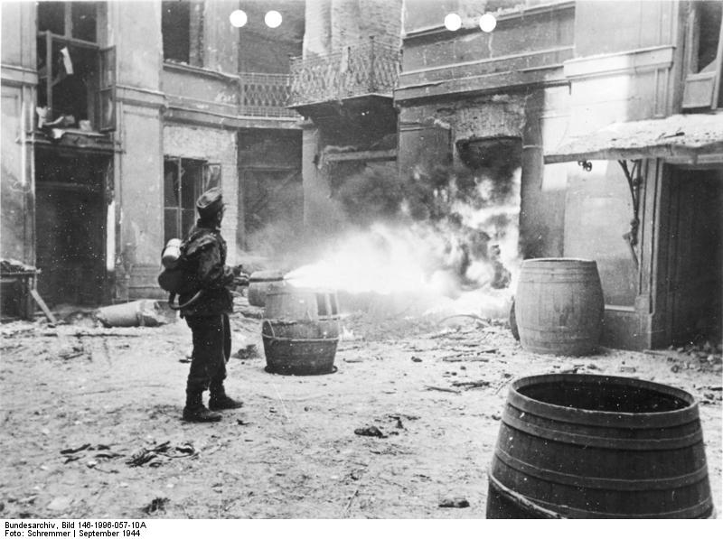 Warschauer Aufstand, Soldat mit Flammenwerfer