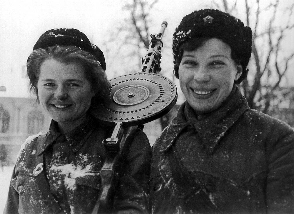 Ленинградские пулеметчицы из истребительного батальона (январь 1943 года)