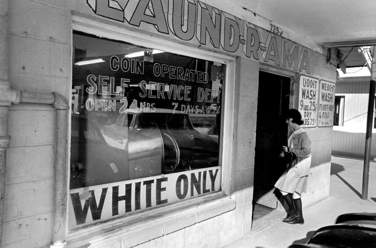 Надпись на витрине химчистки Только для белых