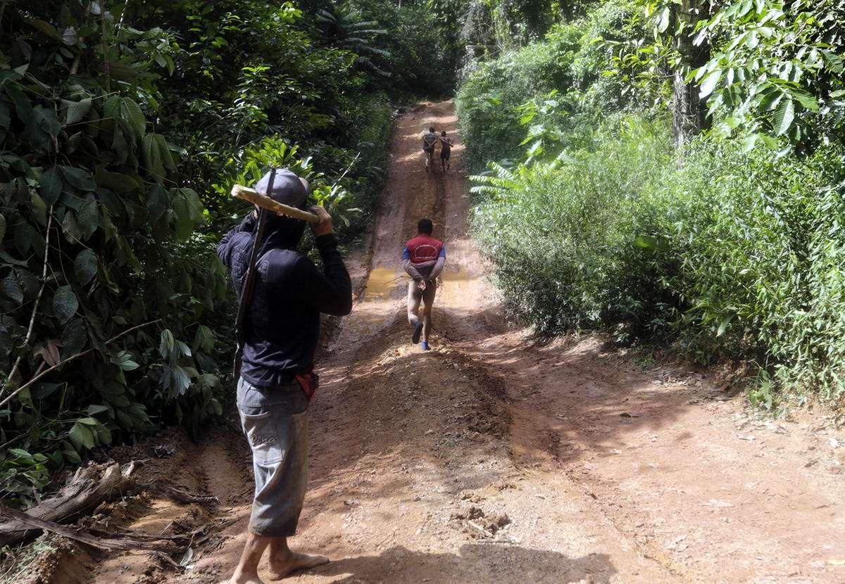 Все пойманные незаконные рубщики леса после хороших пинков и нахлобучек наконец отпускаются. Но со связанными руками и без штанов