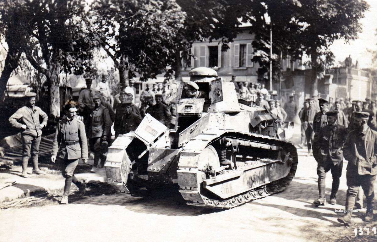 Солдаты Вюртембергского егерского батальона занимаются опробованием захваченного французского танка Renault FT-17