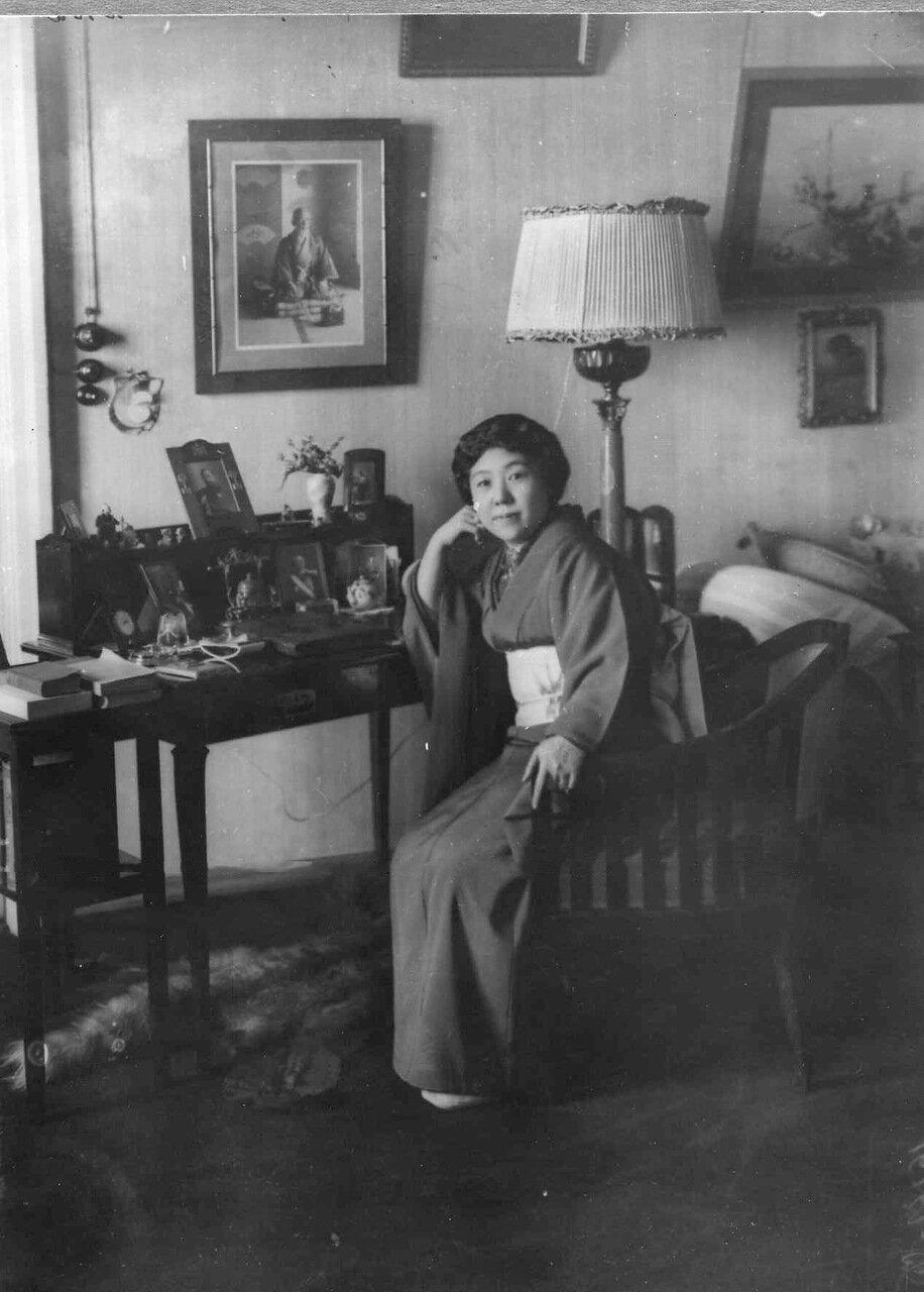 03. Жена японского посла в гостиной