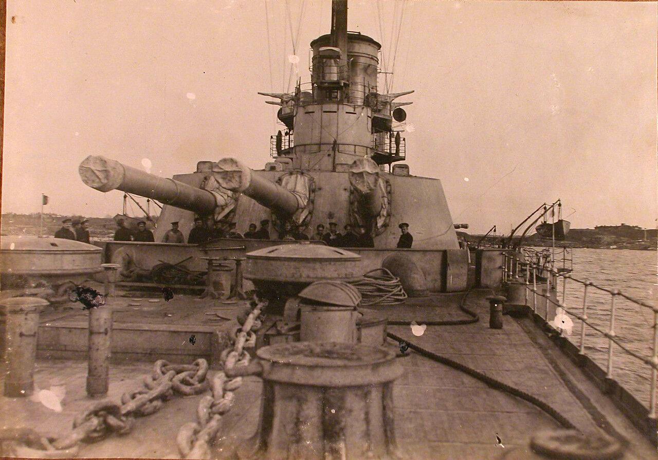 11. Группа матросов у артиллерийского орудия на палубе линейного корабля