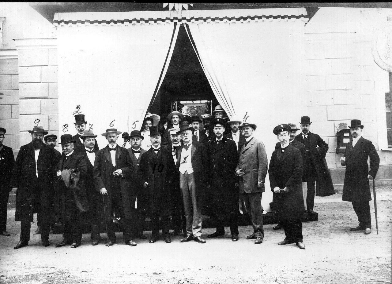 18. Группа иностранных гостей, приглашенных на празднование 200-летия Ботанического сада. 1913