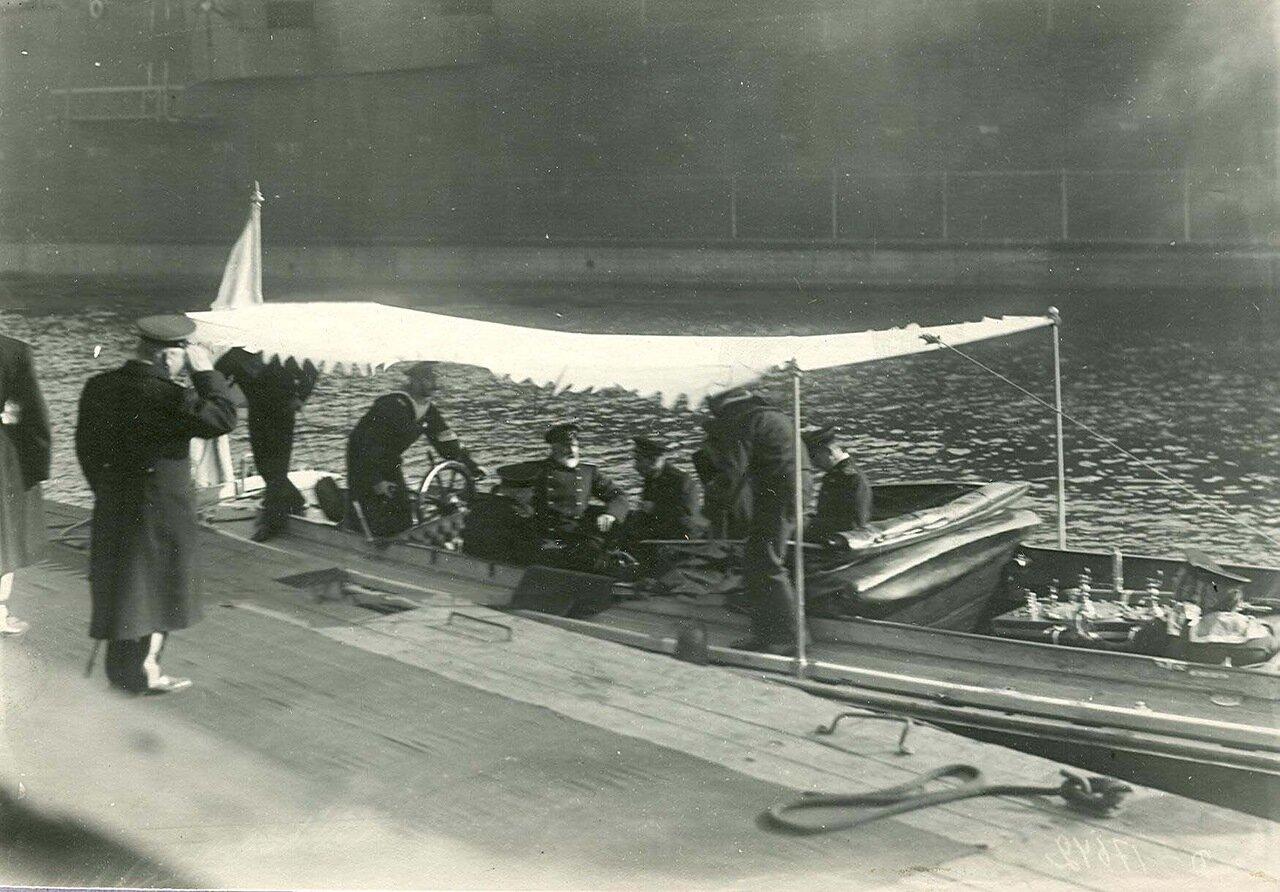 Инженеры в катере у причалов завода в день закладки зданий отдела Подводного плавания в присутствии морского министра адмирала И.К. Григоровича (сидит в катере слева)
