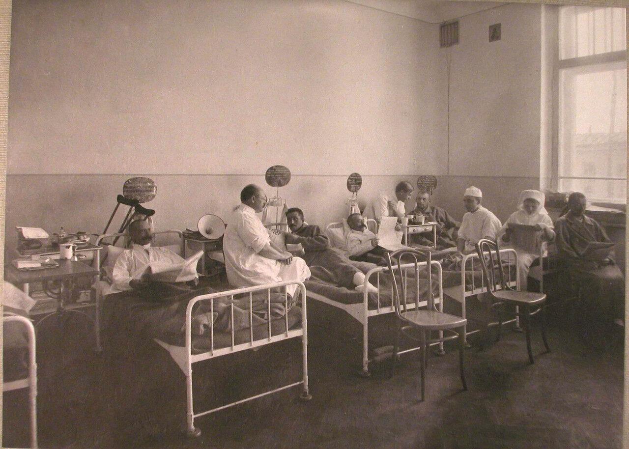 14. Медицинский персонал и раненые в одной из палат лазарета при Солдатенковской больнице