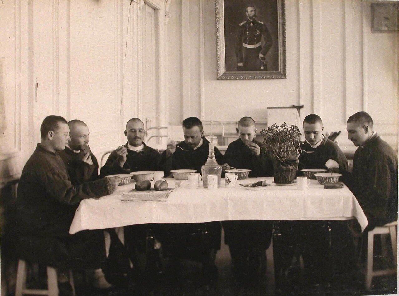 19. Группа раненых во время обеда в одной из палат