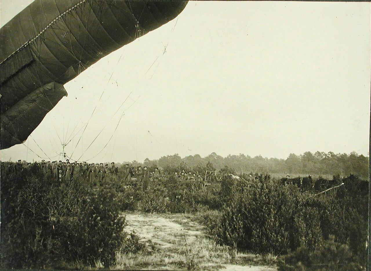 15. Солдаты роты спускают аэростат после корректировки стрельбы крепостных батарей по немецкой батареи, прозванной Эльза