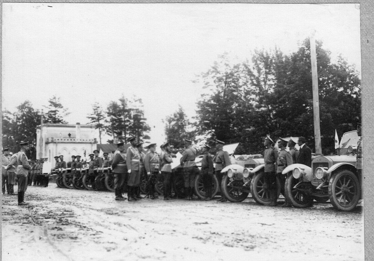 06. Император Николай II обходит ряд автомобилей с их экипажами