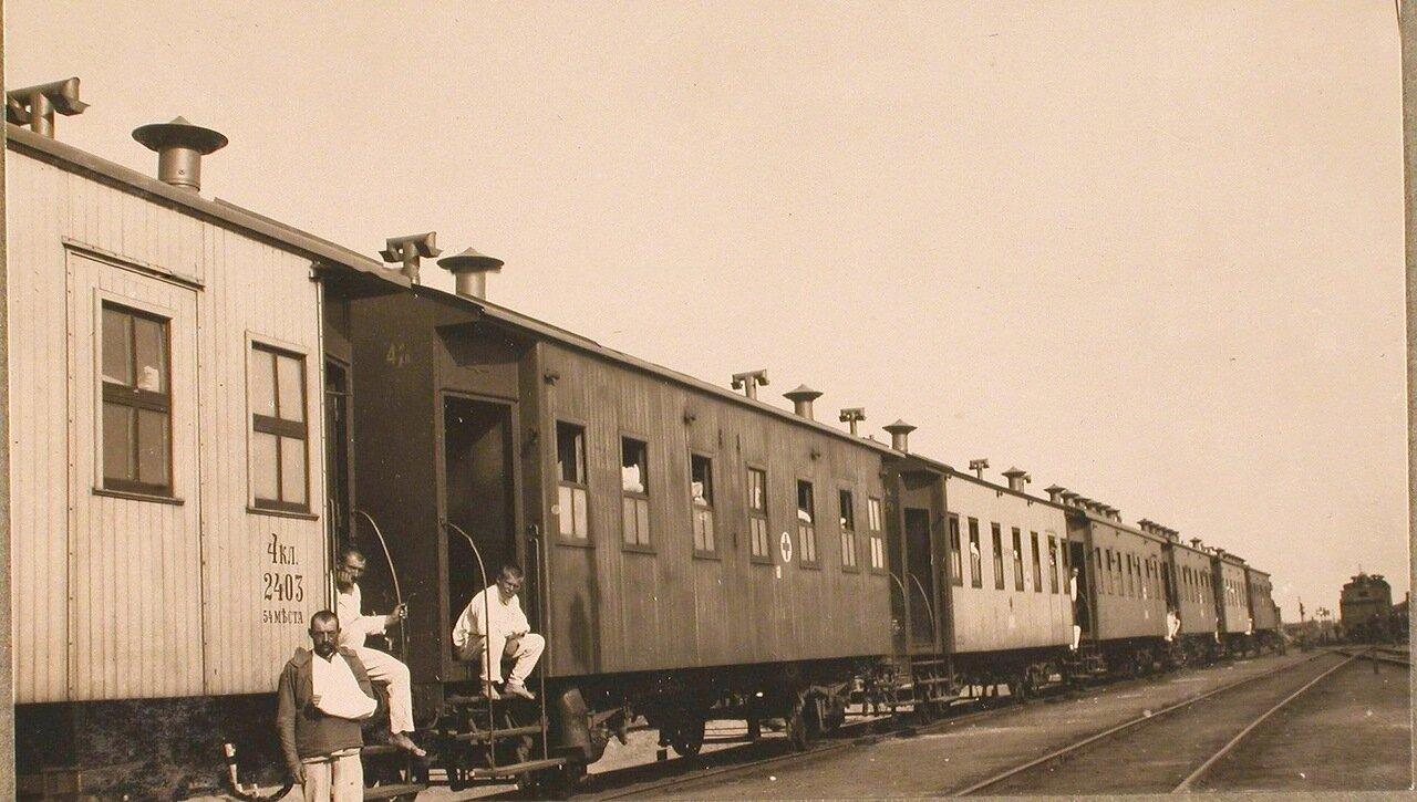 34. Санитарный поезд на станции