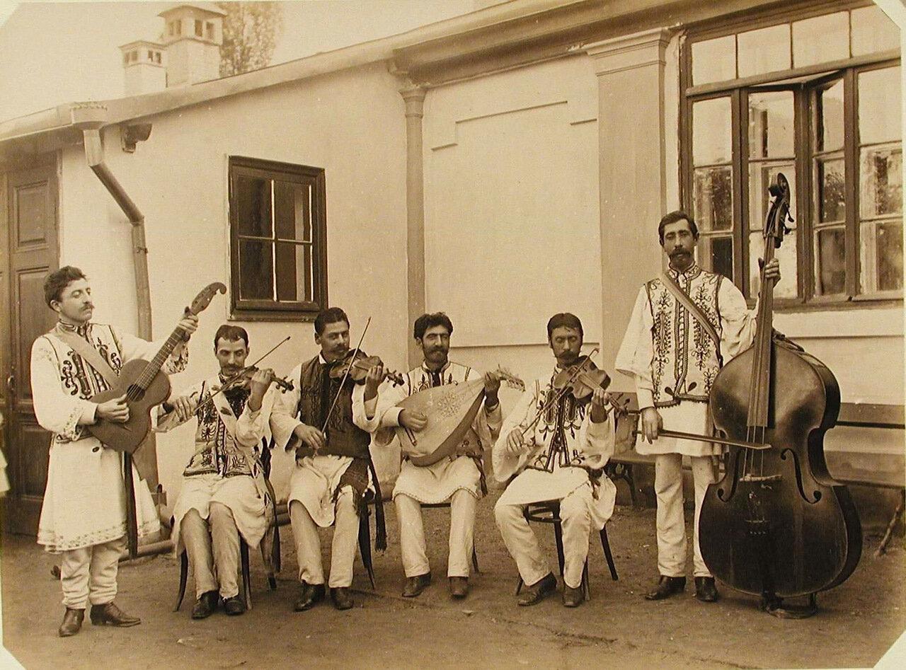 22. Музыканты румынского струнного оркестра у одного из павильонов выставки