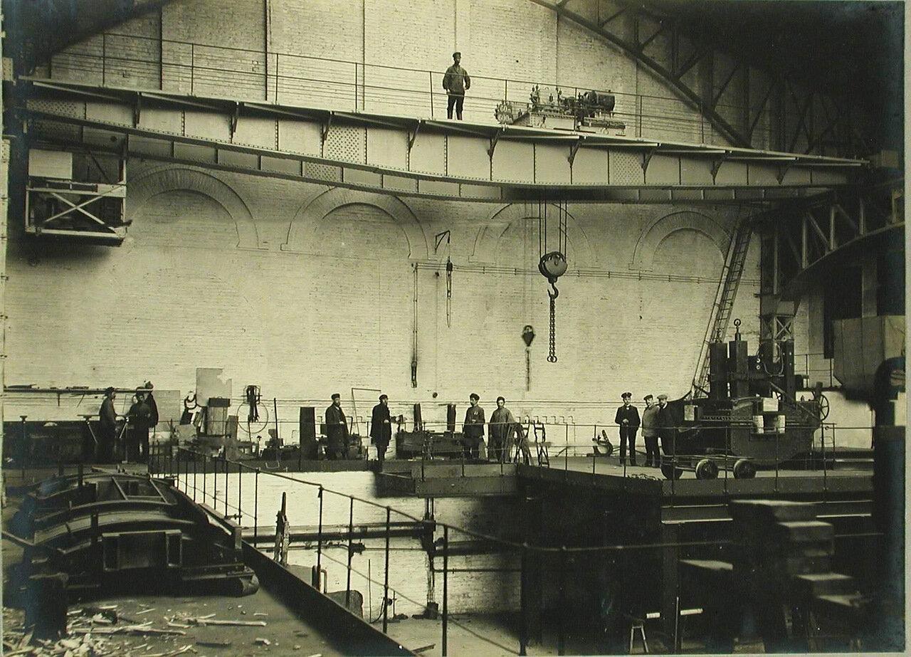 23. Рабочие у подъемного крана в одном из цехов завода. 8 апреля 1910