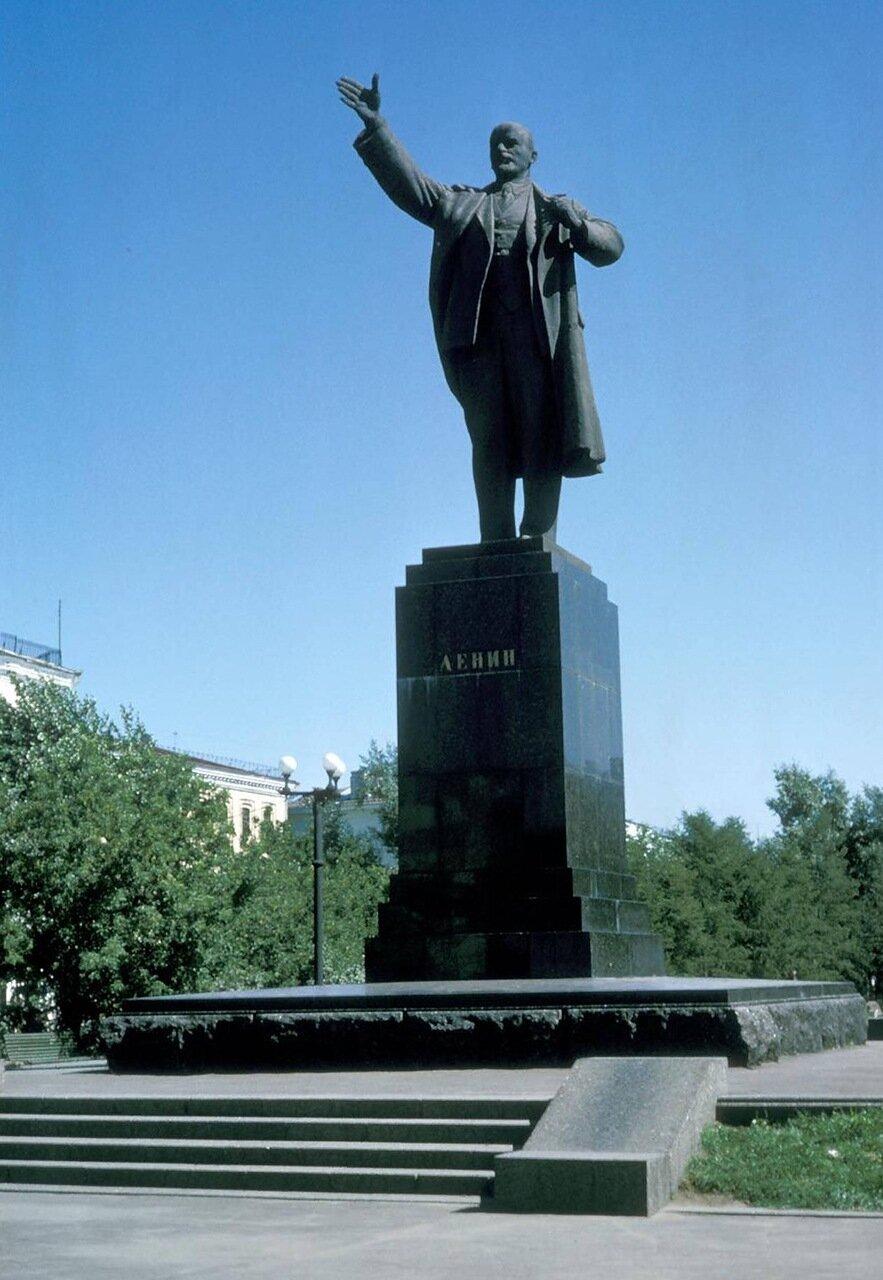 Перекресток улиц Ленина и Карла Маркса. Памятник Ленину построен на месте лютеранской кирхи