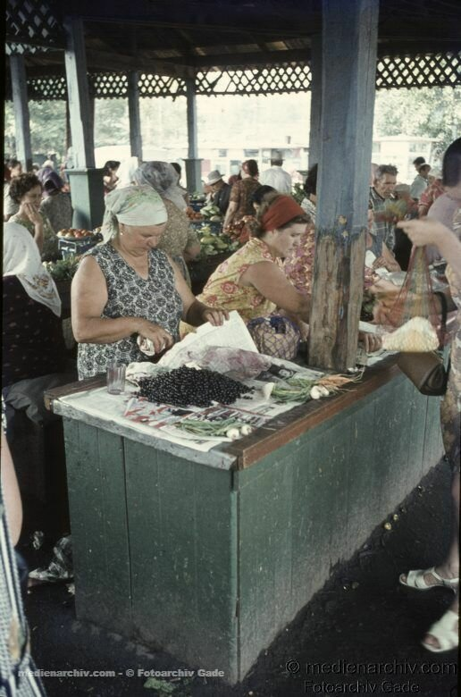 1970. Sowjetunion. Ukraine. Charkow. Markt. Kirschen und Gemüse