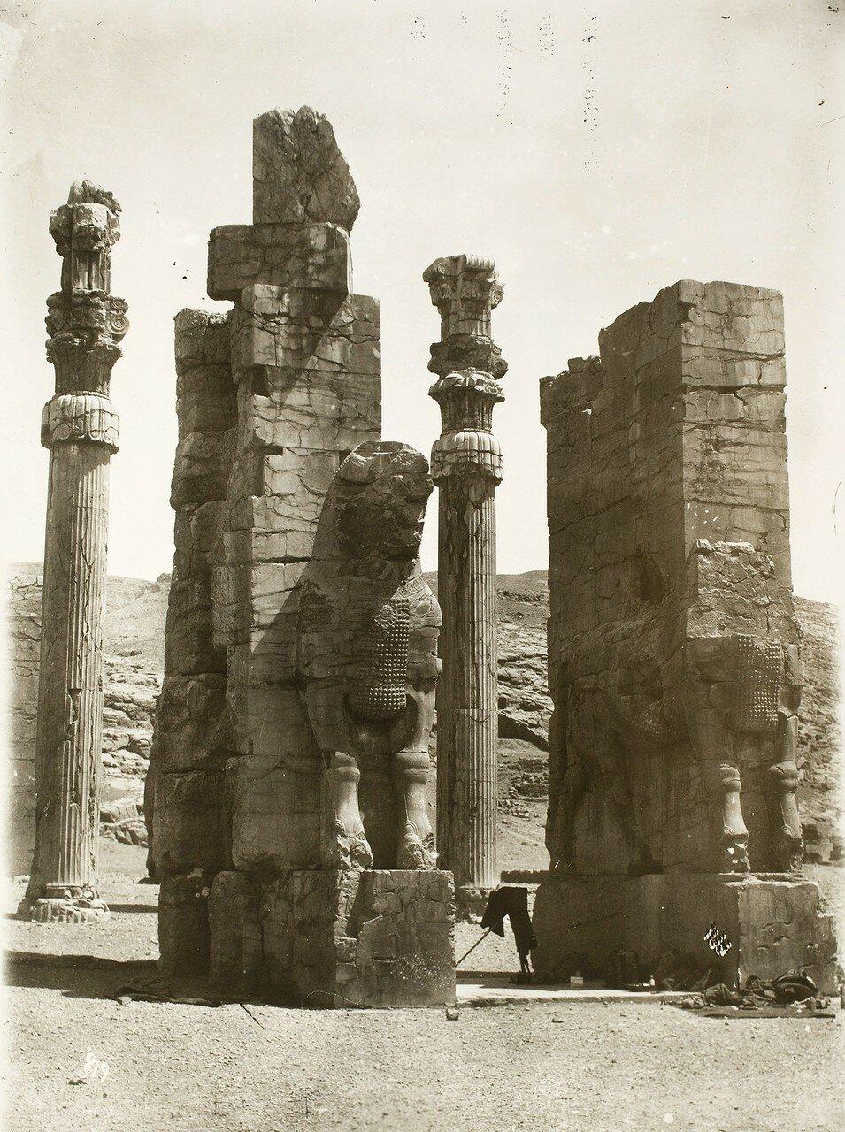 Персеполь. Ворота Ксеркса или Ворота всех наций. Охраняют врата ассирийские фигуры крылатых быков с человеческими головами