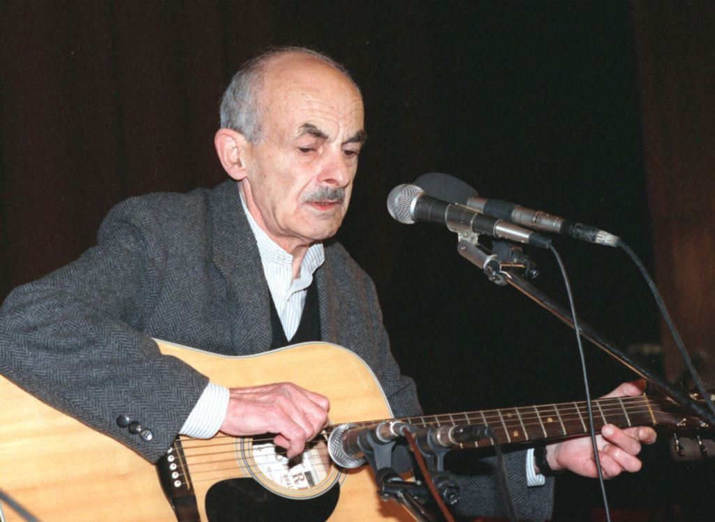 Булат Окуджава с гитарой у микрофона