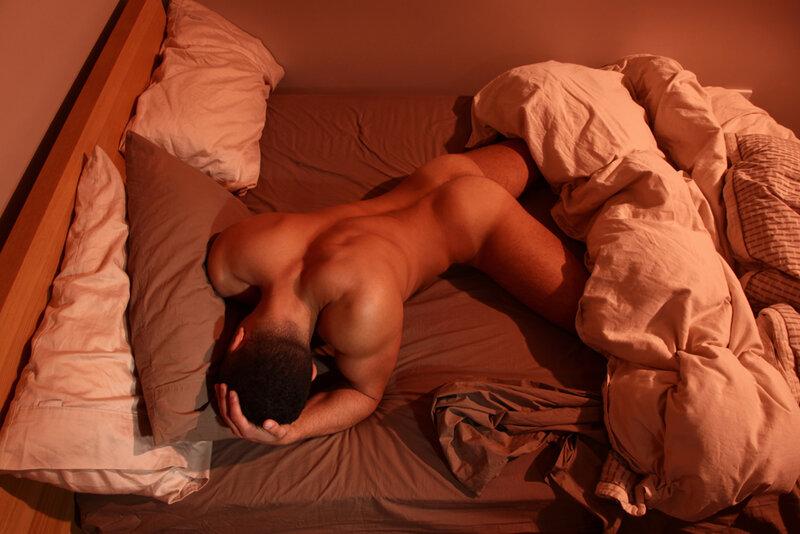 Спящие голые парни фото