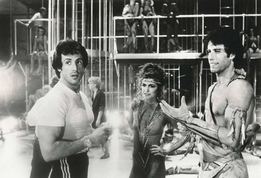 Сильвестр Сталлоне, Финола Хьюз и Джон Траволта на съемках фильма «Остаться в живых», 1983
