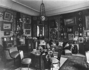 Комната в посольстве.