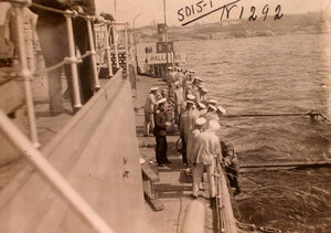 Матросы на палубе линейного корабля Севастополь наблюдают за спуском водолаза для осмотра подводной части.