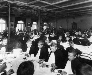 Ученики реального училища за обедом.