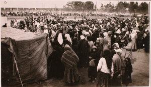 Очередь беженцев за хлебом у палатки соединенного врачебно-питательного пункта, организованного отрядом Красного Креста В.М.Пуришкевича.