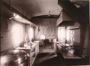 Вид кухни, оборудованной в хозяйственном вагоне.