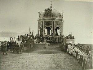 Священнослужители и высшие офицерские чины у Иордани на набережной Невы во время водосвятия