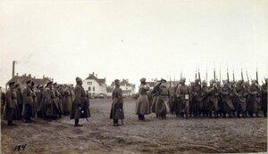 Головной батальон частей 6-го Сибирского корпуса проходит церемониальным маршем перед Императором Николаем II во время посещения им и наследником цесаревичем Алексеем Николаевичем Рижского укрепленного района.