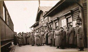 Группа офицеров на пироне станции в ожидании императора Николая II и наследника цесаревича Алексея Николаевича, посещавших Рижский укрепленный район.