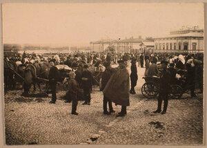Местные жители на рыночной площади.