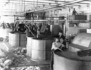 Приготовление бумажной массы на писчебумажной фабрике акционерного общества Г.И.Паллизен.