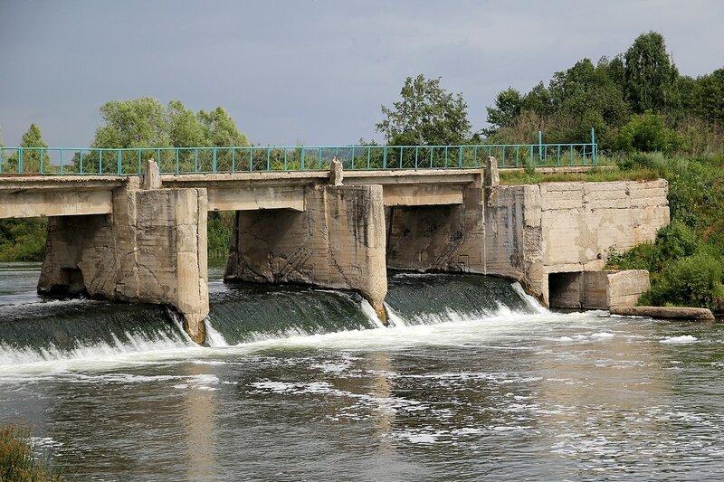 Водопропускное сооружение бывшей ГЭС в с. Перевоз на реке Воя