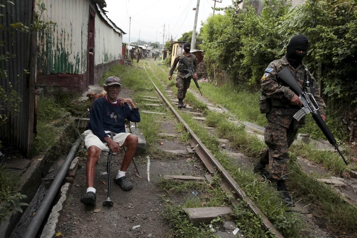 Дедушка и полицейский спецназ: Антигангстерский рейд в Сальвадоре