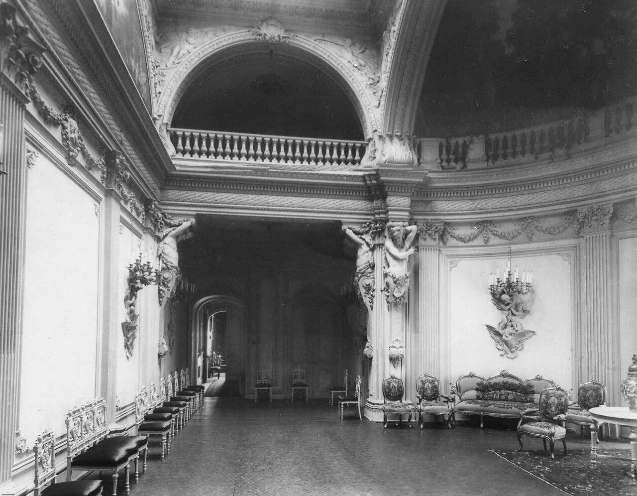 18. Зал в посольстве. 1906