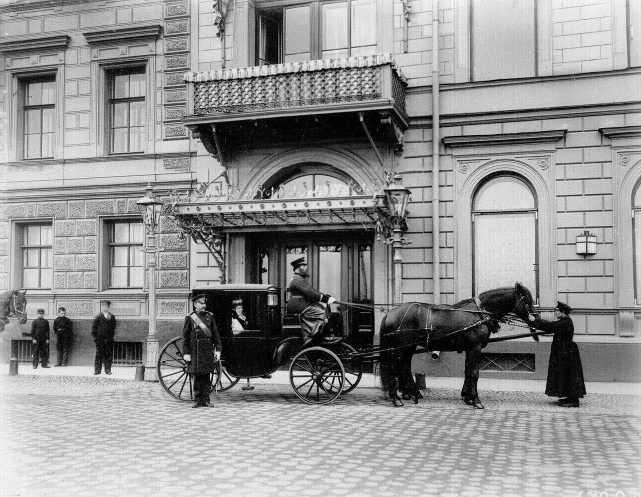 02. Здание посольства и подъехавшая карета с графиней де Монтебелло.1909