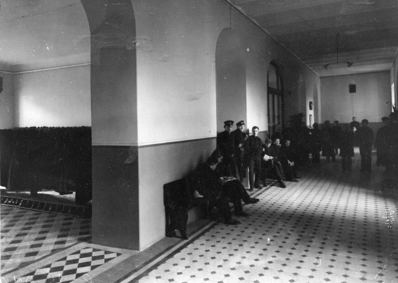 07. Группа учеников в коридоре училища