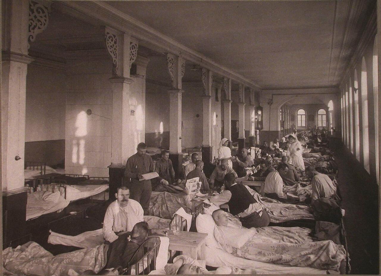 11. Раненые в палате распределительного госпиталя,устроенного в Покровской богадельне