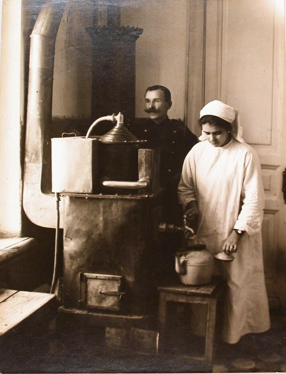 35. Медицинская сестра наливает кипячёную воду из титана в чайник